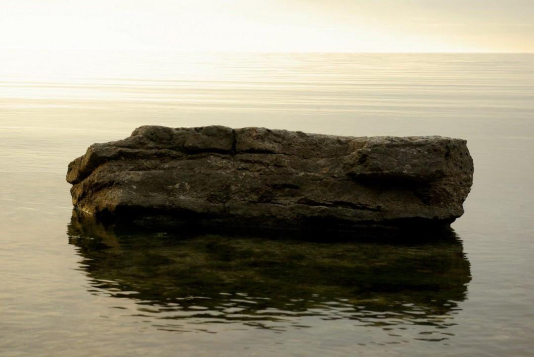 En sten i vatten